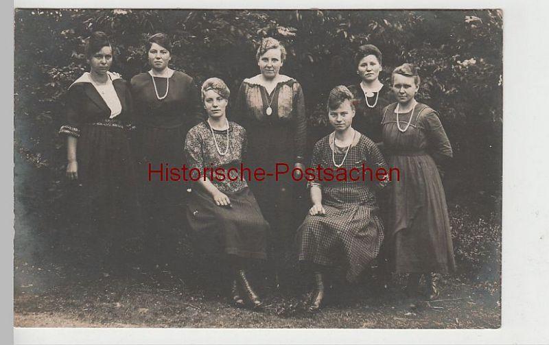 (73844) Foto AK Gruppenbild, junge Frauen vor Gehölz, vor 1945
