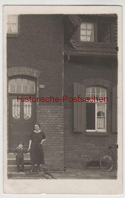 (81198) Foto AK Frau mit kleinem Jungen vor Wohnhaus, vor 1945