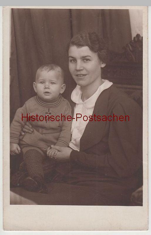 (81213) Foto AK Junge Frau mit 9 monatigem Jungen, Fotograf Hamburg