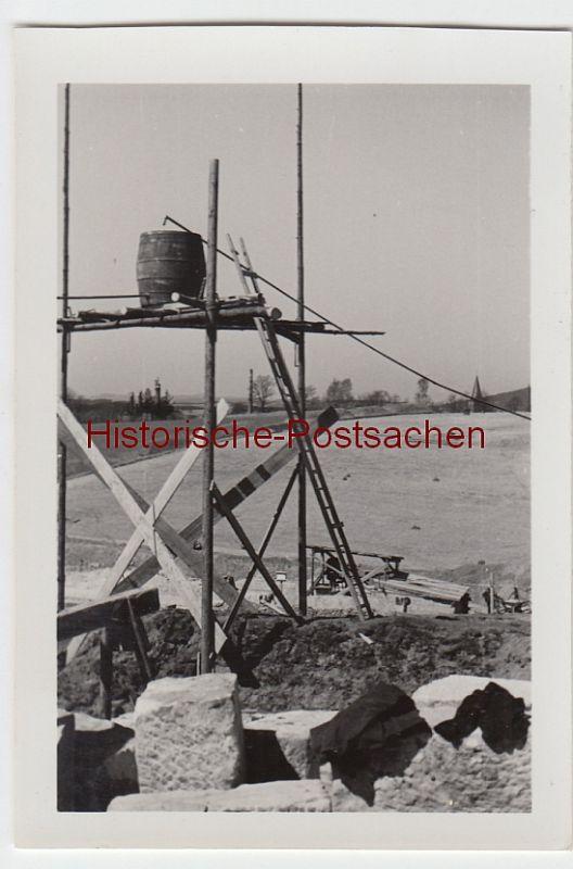 (F6928) Orig. Foto Baustelle, Tiefbau 1938, Holzgestell mit Fass für Betonmischer
