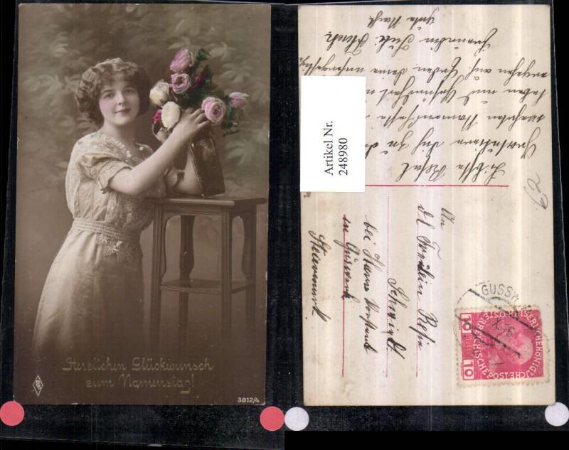 Namenstag Frau m. Kleid Rosenstrauß Rosen Tisch Vase