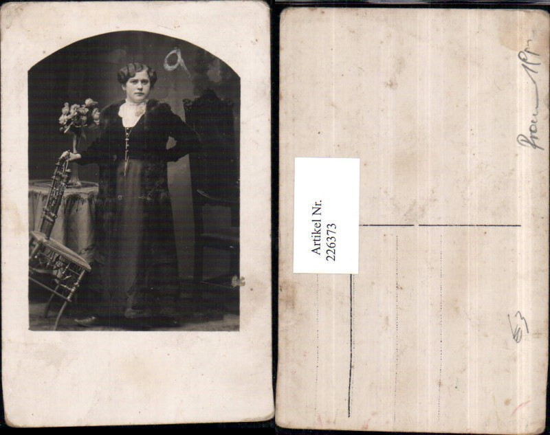 Frau m. Kleid Stuhl Sessel Pelzmantel Tisch Vase Rosen Portrait