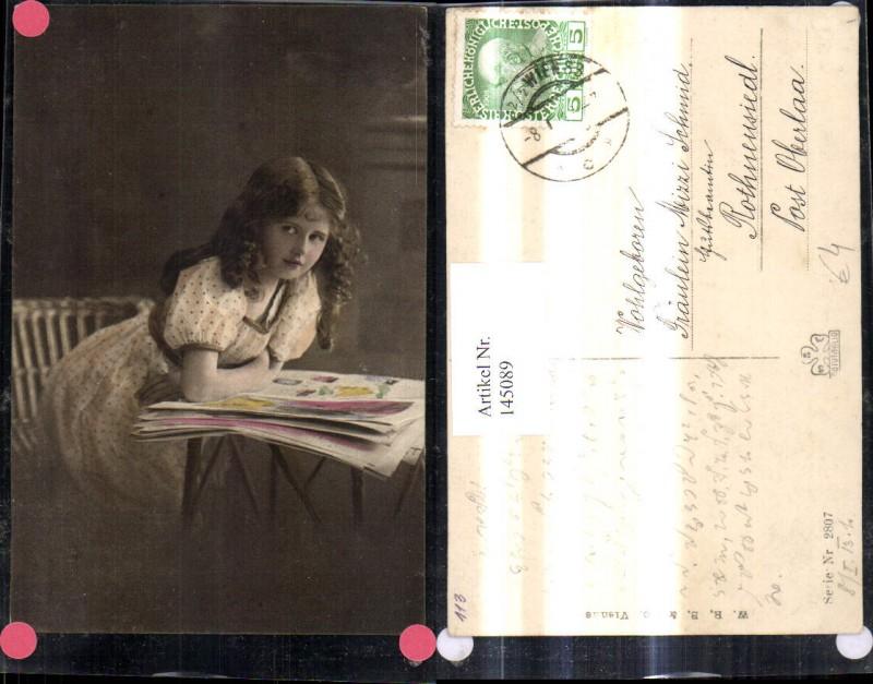 Kind Mädchen liest i. Zeitung Lockenkopf Kleid
