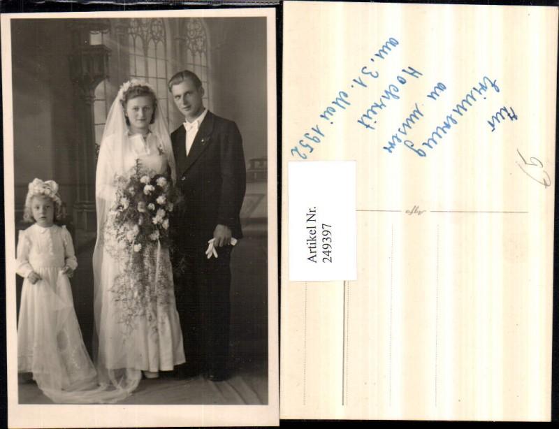 Foto AK Hochzeit Braut u. Bräutigam Brautkleid Kind hält d. Schleier ...