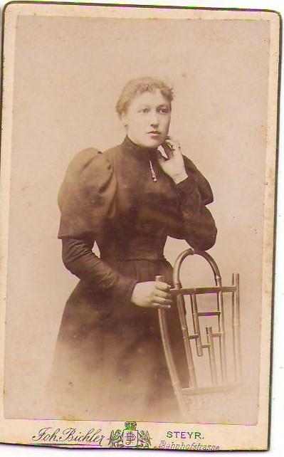 CDV15;Frau in Robbe Tracht Mode Sessel Atelier Steyr Bi