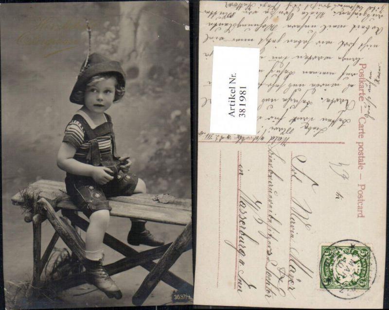 Foto Ak Kind Bub Junge Lederhose Hut Tracht sitzt auf Holzbank