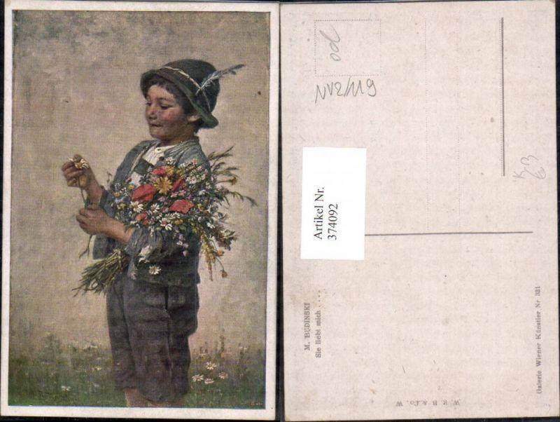 Künstler Ak M. Budinski Sie liebt mich Kind Bub Junge Tracht Blumen Marge