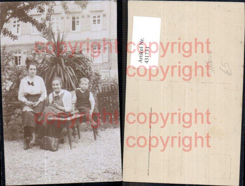 Foto Ak Frauen m. Bub Junge Sticken Nähen Tisch v. Haus Heimarbeit Hausar