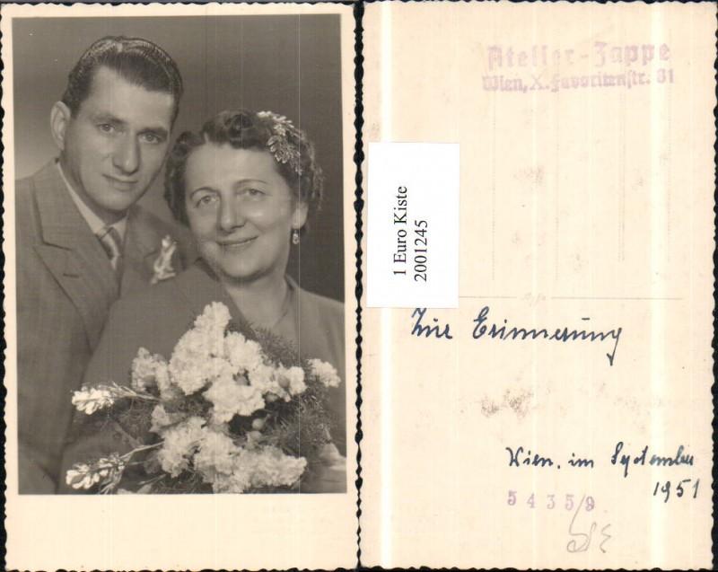 Hochzeit Hochzeitspaar Paar Brautstrauss Blumen Haarschmuck Pub