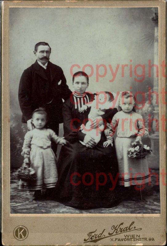 CDV Familienportrait pub Ferd. Kral Wien 1904