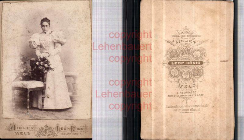 CDV Kabinettfoto Atelier Leopold König Wels Frau Mode Kleid Blumen
