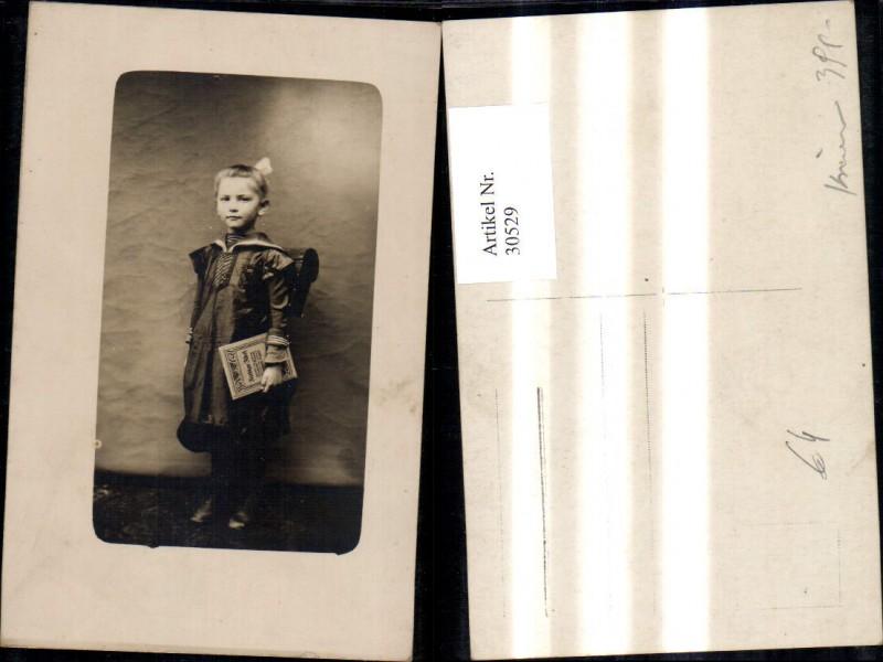 Foto Ak Kind Mädchen Matrosenanzug Kleid Schultasche Buch