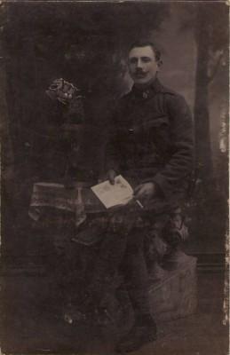 27732;K.K. Soldat m. Zigarette Zeitung WW1
