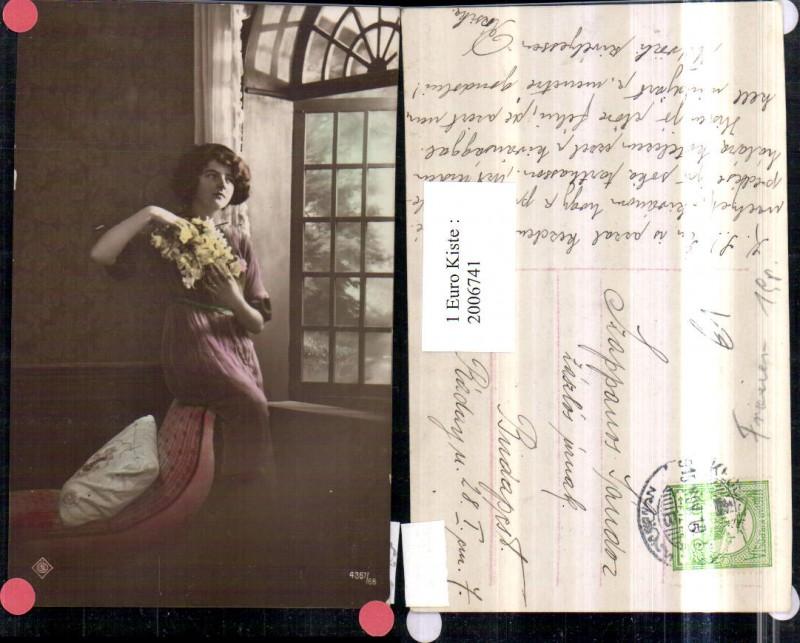 Frau Mädchen m. Kleid Blumen Fenster Polster