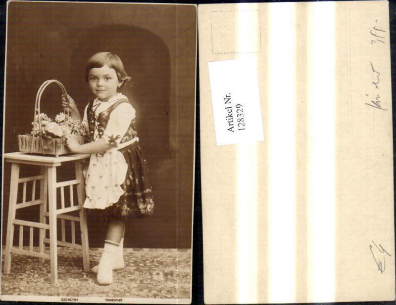 Foto Ak Kind Mädchen Kleid Dirndl Tracht m. Blumenkorb Korb