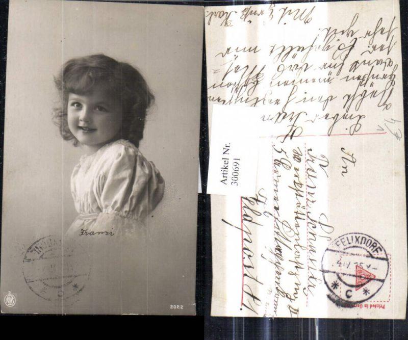 Kind Kinder Süsses Mädchen Lockenkopf Kleid Portrait pub NPG 2022