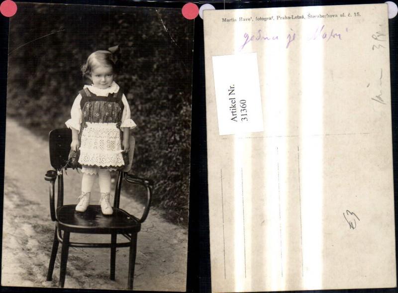 Foto Ak Kind Mädchen Tracht Kleid a. Stuhl stehend