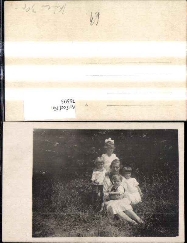 Foto Ak Kind Kinder m. Frau a. Wiese Matrosenanzug Kleider Haarschleife