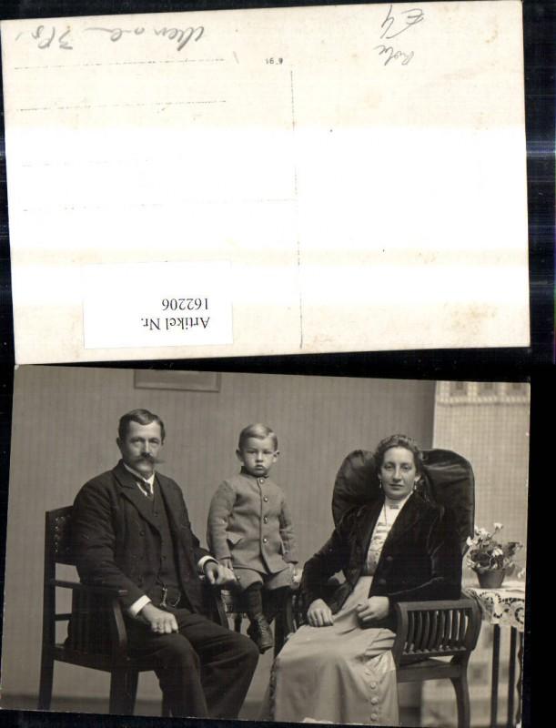 Foto Ak Paar m. Kind Bub Junge Frau Tracht schwarzes Kopftuch z. Schwalbe