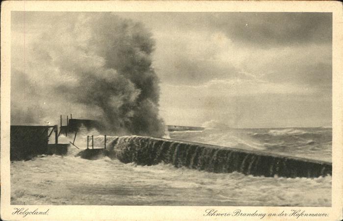 Helgoland Schwere Brandung an der Hafenmauer / Helgoland /Pinneberg LKR