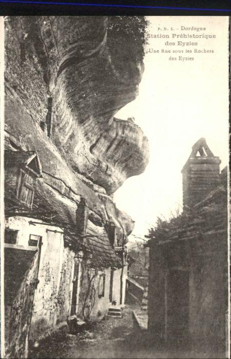 Les Eyzies-de-Tayac-Sireuil Les Eyzies-de-Tayac-Sireuil Une Rue sous les Rochers  * / Les Eyzies-de-Tayac-Sireuil /Arrond. de Sarlat-la-Caneda