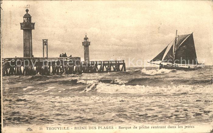 Trouville sur Mer Barque de peche rentrant dans les jetees Phare Kat. Trouville sur Mer