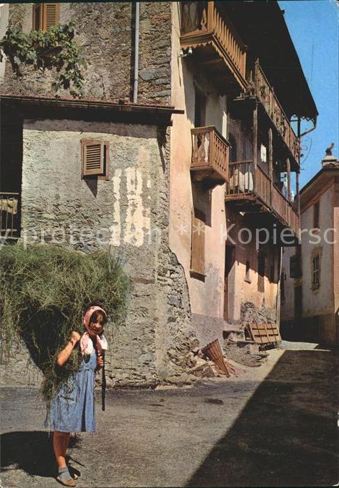 Breno Malcantone Dorfpartie junge Frau mit Heu Kat. Breno