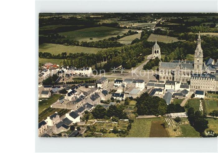 Sainte Anne d Auray Vue generale aerienne sur laquelle on reconnait La Basilique le Monument aux Morts et la Scala Sancta Kat. Sainte Anne d Auray