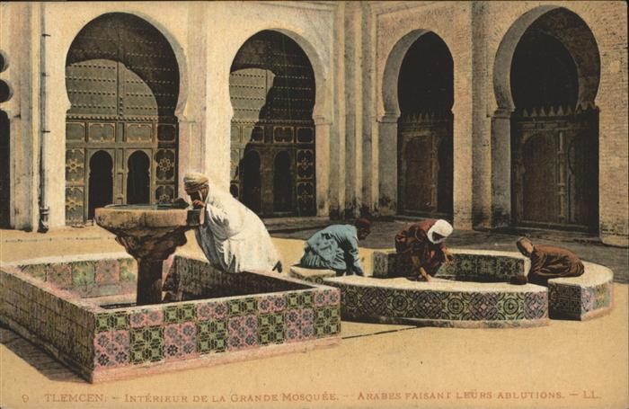Tlemcen Interieur de la grande mosquee arabes faisant leurs ablutions