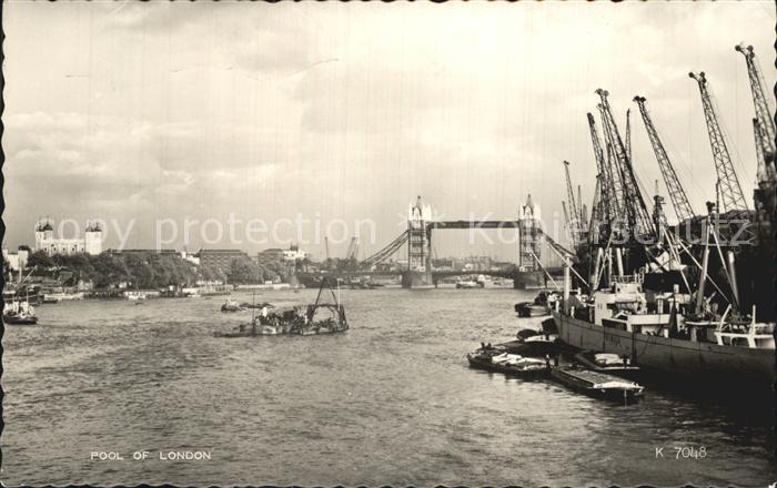 London Pool of London between London Bridge and Tower Bridge Vessels Valentines Postcard Kat. City of London