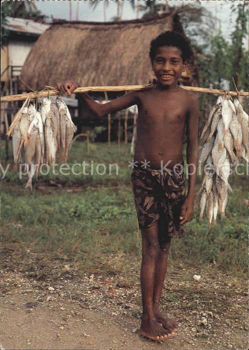 Fische Boy from Tobriand Islands Papua Neuguinea Kat. Tiere
