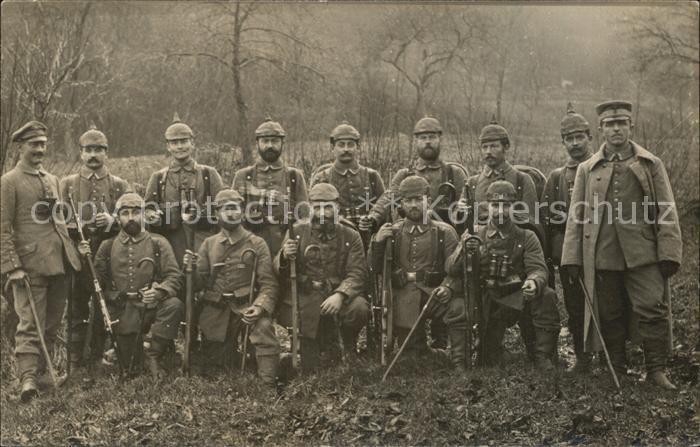 Militaria WK1 Gruppenfoto Soldaten im Felden mit Gewehr