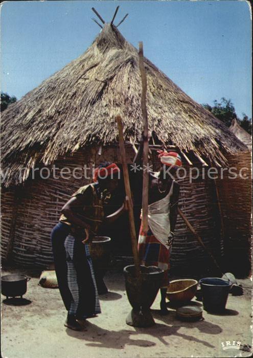 Typen Afrika Senegal Pileuses Frauen beim mahlen der Hirse