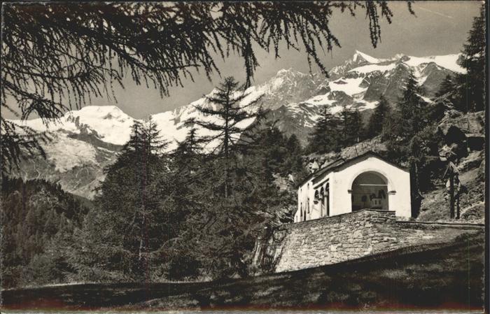 Saas Fee Die Saas Fee Kapelle zur Hohen Stiege mit Blick auf Alphubel Taeschhorn Dom und Lenzspitze Kat. Saas Fee