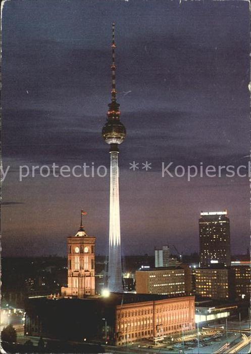 AK / Ansichtskarte Berlin Fernsehturm Hauptstadt der DDR Nachtaufnahme Kat. Berlin