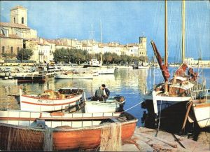 AK / Ansichtskarte La Ciotat Un coin du port bateaux de peche Hotel de Ville Eglise Kat. La Ciotat