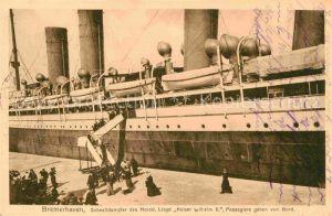 AK / Ansichtskarte Dampfer Oceanliner Kaiser Wilhelm II. Bremerhaven Passagiere gehen von Bord  Kat. Schiffe