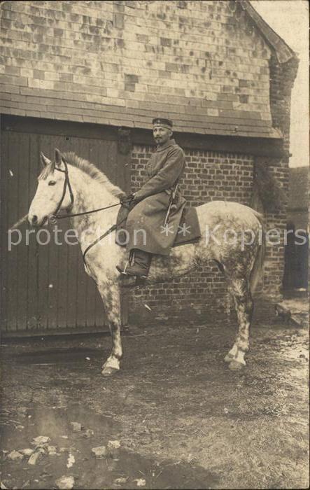 AK / Ansichtskarte Militaria Kavallerie soldat auf dem Pferd Westen WK1
