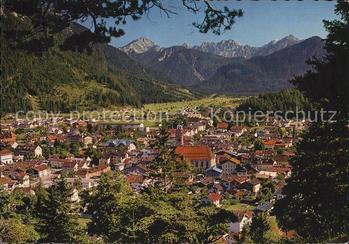AK / Ansichtskarte Mittenwald Bayern Panorama Blick gegen Tiroler Karwendel Kat. Mittenwald