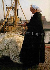 AK / Ansichtskarte Scheveningen Hafenpartie Scheveningen kledertracht Kat. Scheveningen