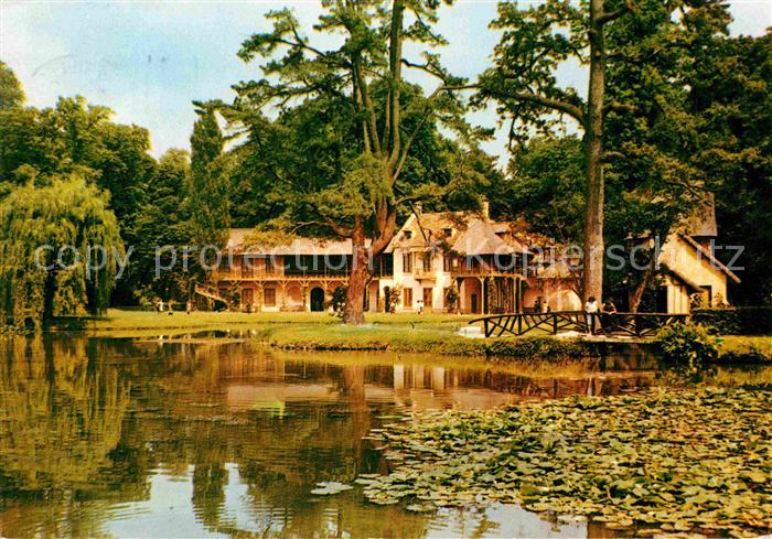 AK / Ansichtskarte Versailles Yvelines Maison de la Reine Petit Trianon et le Lac Kat. Versailles