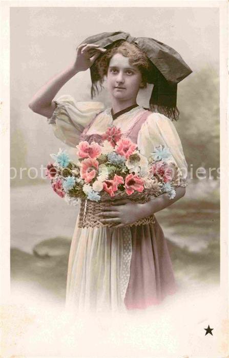 AK / Ansichtskarte Frauen Tracht Blumen  Kat. Frauen