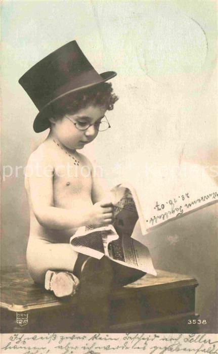 AK / Ansichtskarte Kinder Child Enfants Zeitung Zylinder Brille  Kat. Kinder