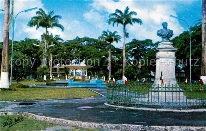 AK / Ansichtskarte Pointe a Pitre Guadeloupe Place de la Victoire Buste du Gouverneur General Frebault Monument