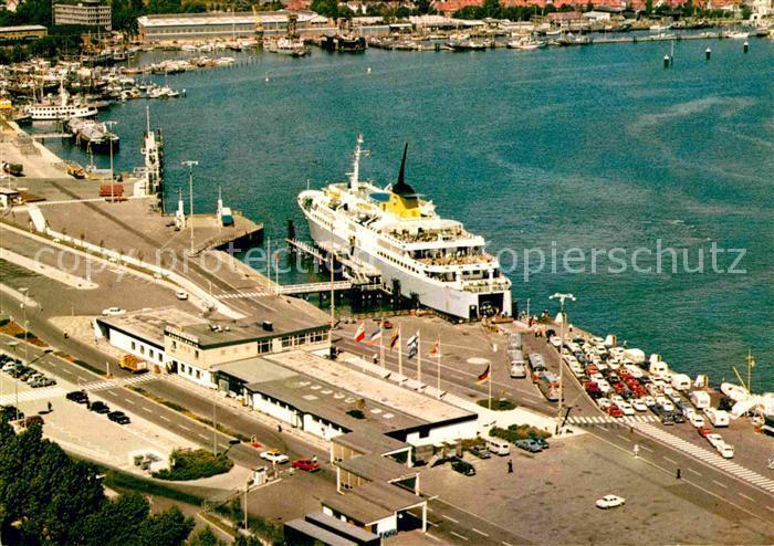 AK / Ansichtskarte Travemuende Ostseebad Hafen Dampfer Fliegeraufnahme Kat. Luebeck