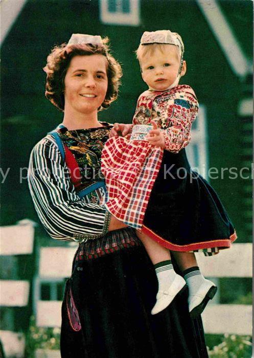 AK / Ansichtskarte Marken Niederlande Mutter mit Kind in Tracht Kat. Niederlande