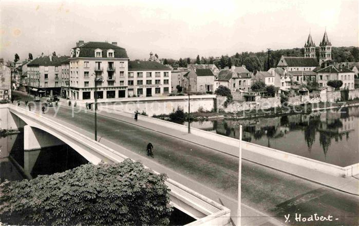 AK / Ansichtskarte Melun Seine et Marne Sur le pont du General Leclerc Rue Saint Etienne Eglise Notre Dame Kat. Melun