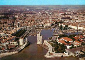 AK / Ansichtskarte La Rochelle Charente Maritime Vue generale aerienne du Port avec les celebres Tours Le Bassin des Yachts La Cathedrale Kat. La Rochelle