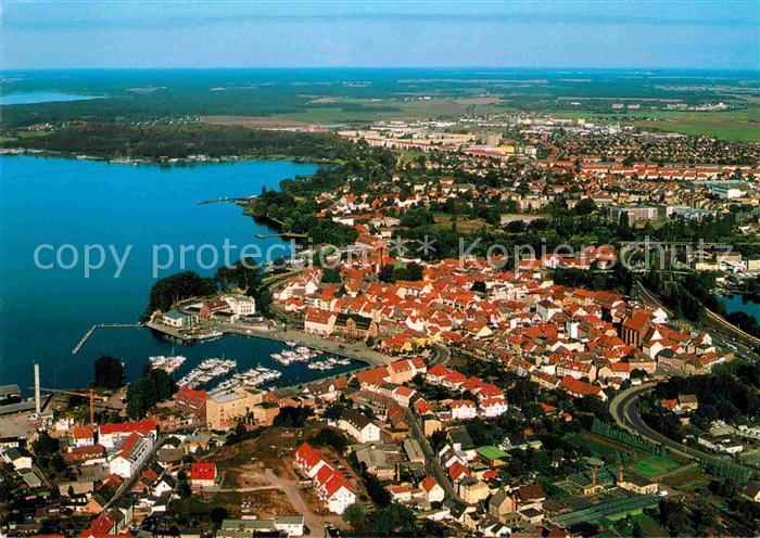 AK / Ansichtskarte Waren Mueritz Fliegeraufnahme mit Altstadt Stadthafen und Binnenmueritz Kat. Waren Mueritz