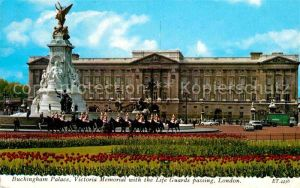 AK / Ansichtskarte London Buckingham Palace Victoria Memorial with Life Guards Kat. City of London